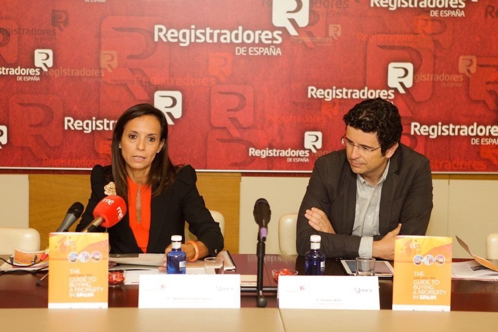 Former Housing Minister Beatriz Corredor, representing the Registrars, and Alfredo Millá, representing RICS España, at a press conference to present the new guide to buying property in spain
