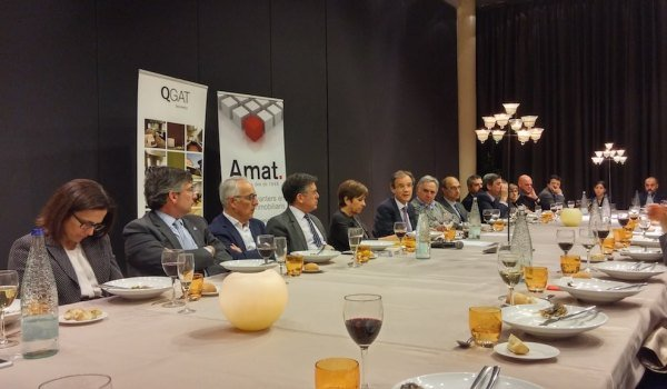 Prof. Jordi Gual, sixth from the left, speaking at a dinner for real estate professionals organised by Amat Immobiliaris