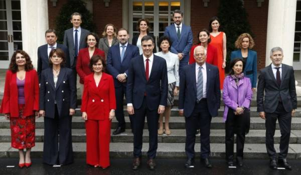 Acting Spanish Prime Minister Pedro Sánchez (front centre) with his cabinet.
