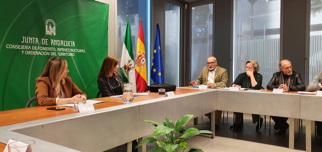 Andalusian Minister for Development and Territorial Planning, Marifrán Carazo (left), and the Director General of Planning, María del Carmen Campagni (right), meeting with representatives from the AUAN homeowners' association (far right).